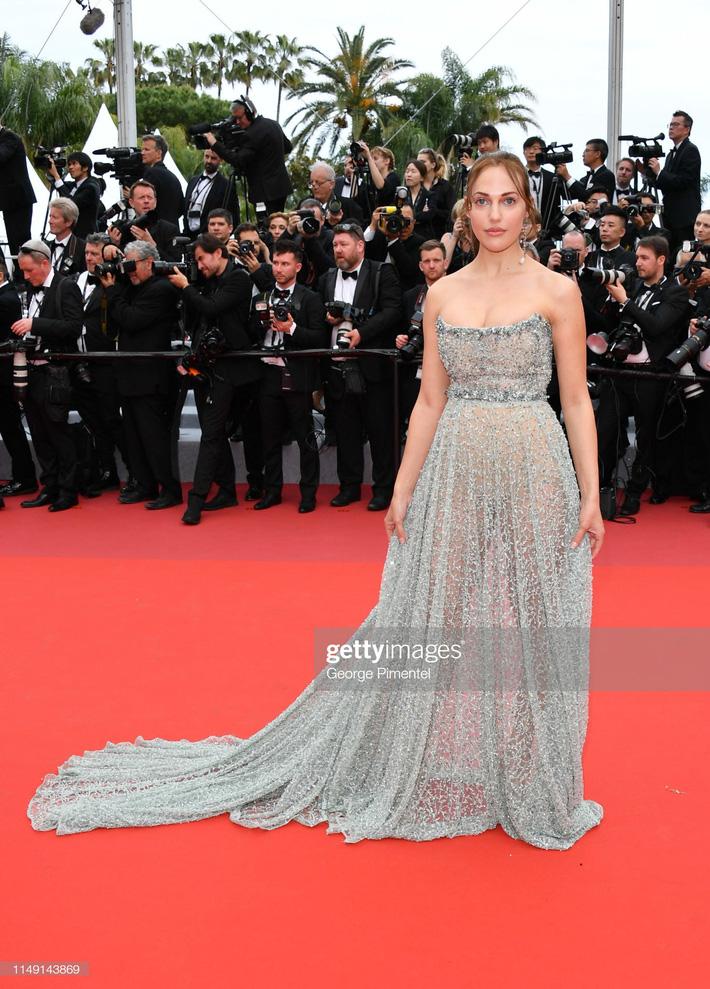 Ngay ngày khai mạc LHP Cannes 2019 đã có một người đẹp vô danh lộ nguyên cả bàn tọa trước bàn dân thiên hạ-1