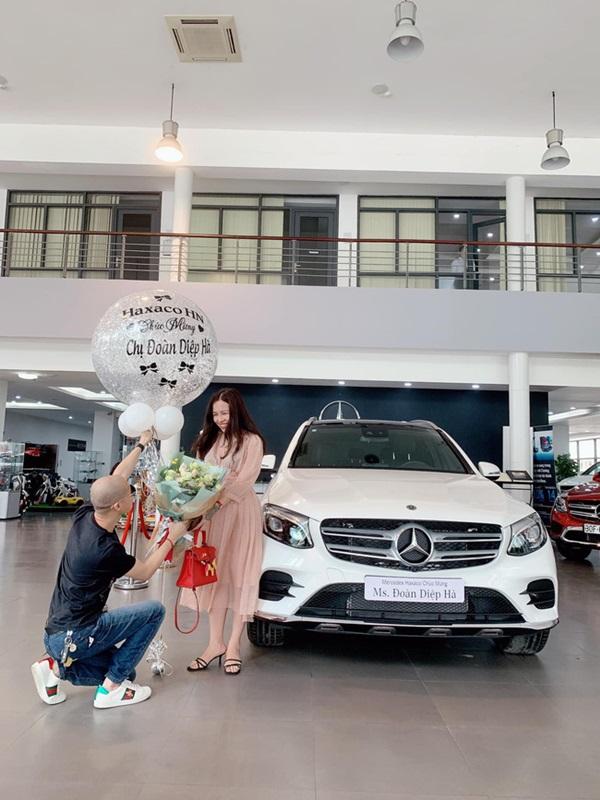 Cặp đôi chịu chi nhất năm: Chồng tặng vợ xe hơi 2,3 tỷ, vài ngày sau vợ lại quả chiếc khác giá 5,6 tỷ-1