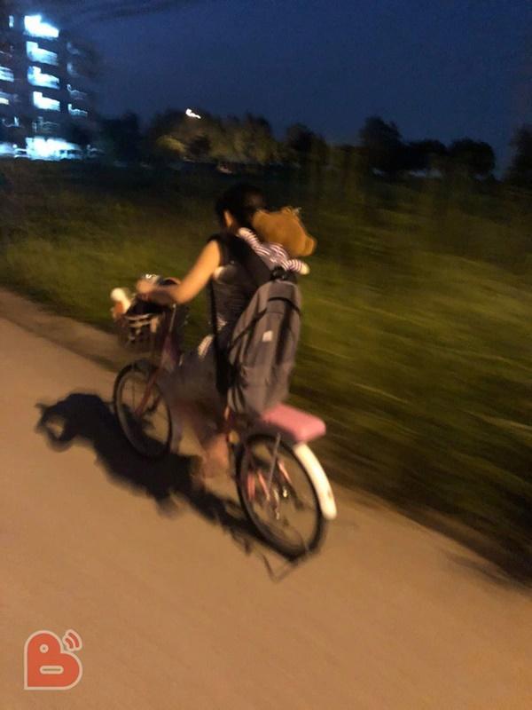 Em gái lầm lũi đạp xe bỏ nhà đi, nội dung lá thư để lại khiến tất cả giật mình-2