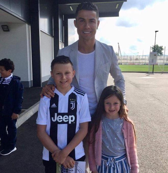 Ronaldo hoàn thành ước nguyện của cậu bé bị u não-1