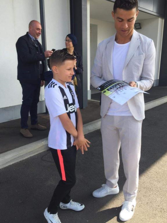 Ronaldo hoàn thành ước nguyện của cậu bé bị u não-2