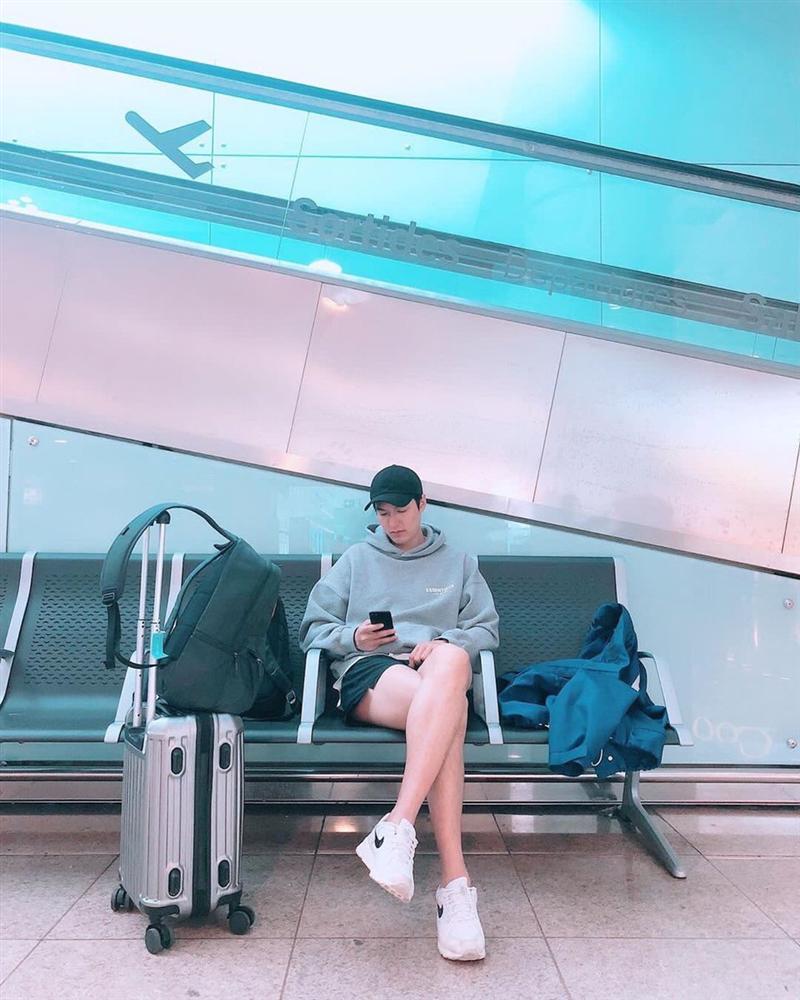Chỉ là ngồi chờ ở sân bay, Lee Min Ho vẫn khiến khối chị em phải ghen tỵ vì đôi chân dài cực phẩm vừa trắng vừa thon-1