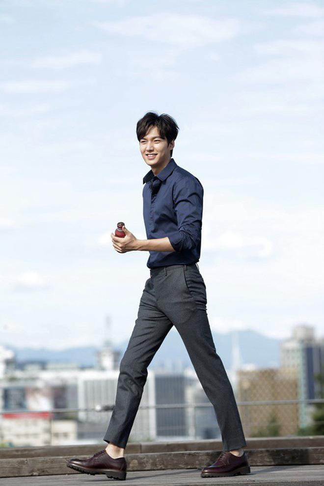 Chỉ là ngồi chờ ở sân bay, Lee Min Ho vẫn khiến khối chị em phải ghen tỵ vì đôi chân dài cực phẩm vừa trắng vừa thon-4