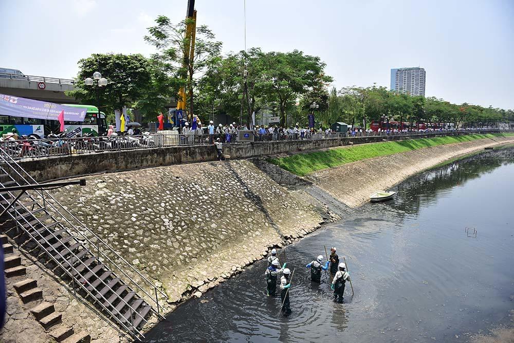 Chuyên gia Nhật giữa trưa lội nước, sông Tô Lịch chờ đón điều bất ngờ-1