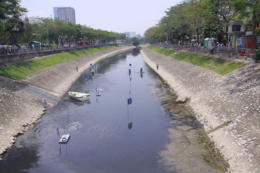 Chuyên gia Nhật giữa trưa lội nước, sông Tô Lịch chờ đón điều bất ngờ-2