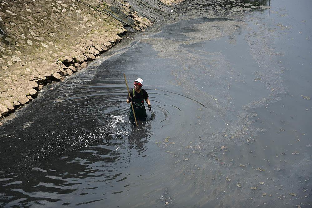 Chuyên gia Nhật giữa trưa lội nước, sông Tô Lịch chờ đón điều bất ngờ-4