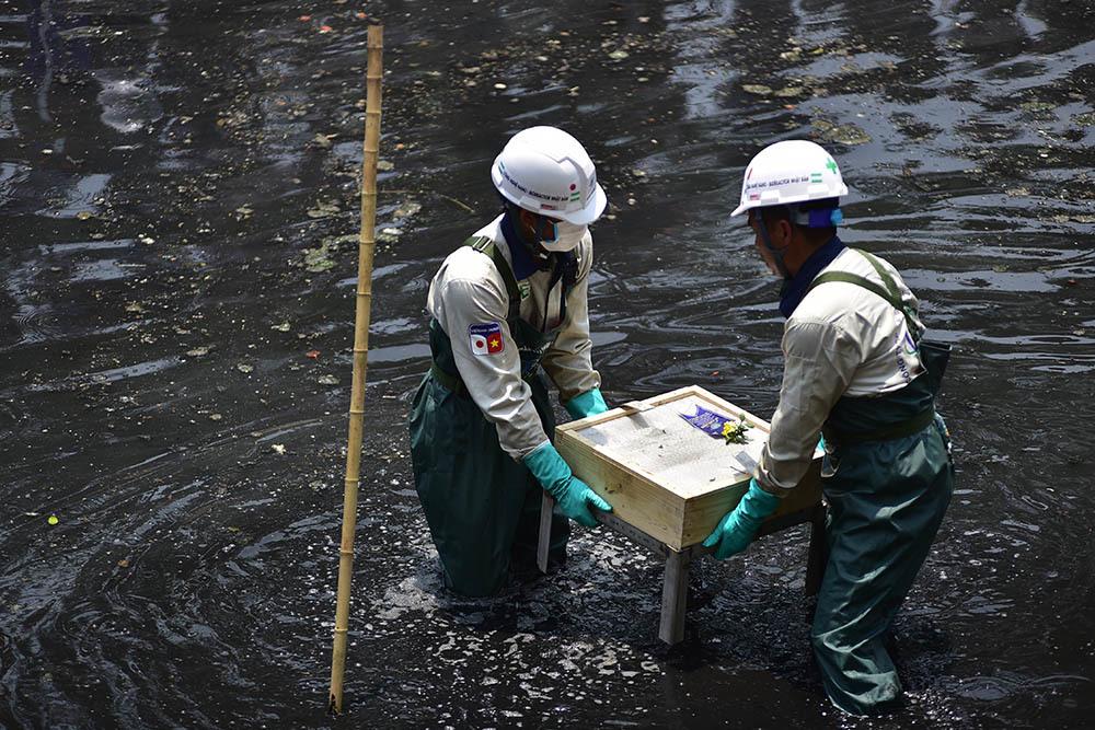 Chuyên gia Nhật giữa trưa lội nước, sông Tô Lịch chờ đón điều bất ngờ-13