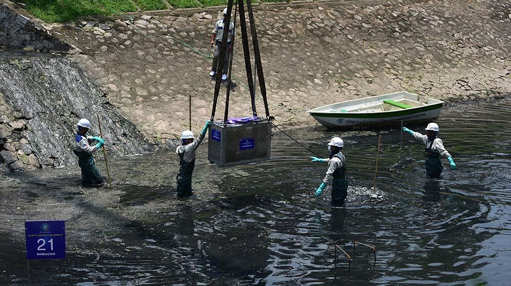 Chuyên gia Nhật giữa trưa lội nước, sông Tô Lịch chờ đón điều bất ngờ-12
