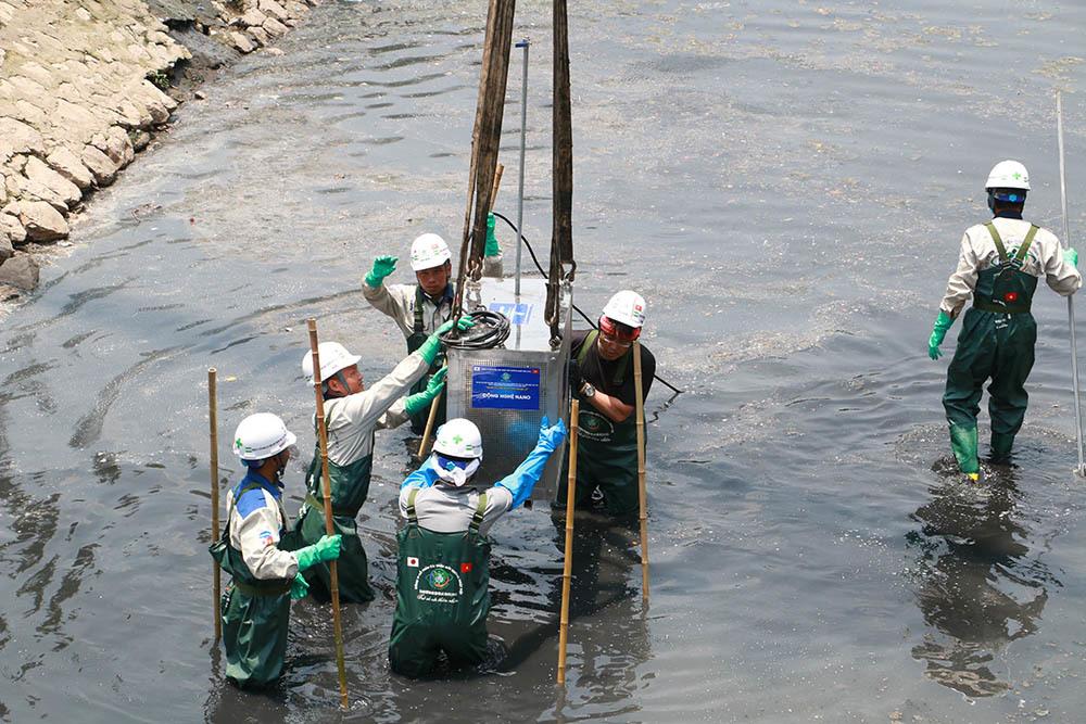 Chuyên gia Nhật giữa trưa lội nước, sông Tô Lịch chờ đón điều bất ngờ-10