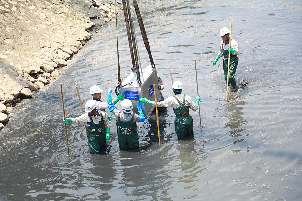 Chuyên gia Nhật giữa trưa lội nước, sông Tô Lịch chờ đón điều bất ngờ-11