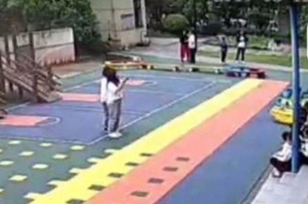 Phẫn nộ giáo viên mầm non bắt học sinh tự vả vào mặt 100 cái, uống dầu gió-1
