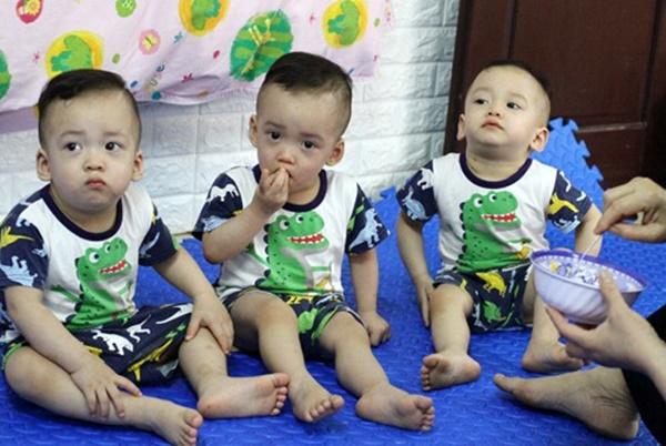 Mẹ trẻ ở Tuyên Quang sinh 3 bé trai giống hệt nhau, hiếm đến mức 200 triệu ca mới có 1-2