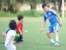 Những thiên thần trên sân tập của Hà Nội FC tạo nên khung cảnh khiến người xem mê mẩn như thước phim thanh xuân vườn trường