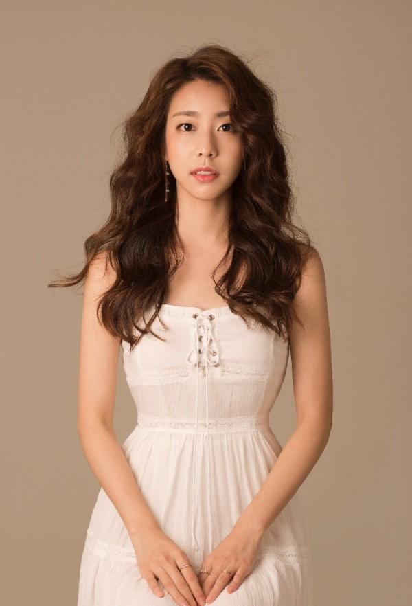 Bạn gái kém 17 tuổi của So Ji Sub hóa ra lại cực kỳ nổi tiếng tại Hàn Quốc và thậm chí được tôn là nữ thần-1