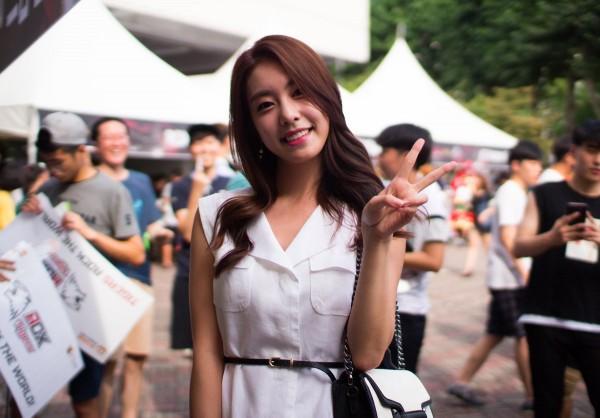 Bạn gái kém 17 tuổi của So Ji Sub hóa ra lại cực kỳ nổi tiếng tại Hàn Quốc và thậm chí được tôn là nữ thần-16