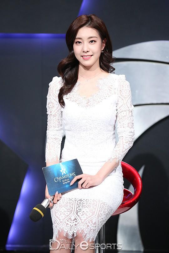 Bạn gái kém 17 tuổi của So Ji Sub hóa ra lại cực kỳ nổi tiếng tại Hàn Quốc và thậm chí được tôn là nữ thần-8