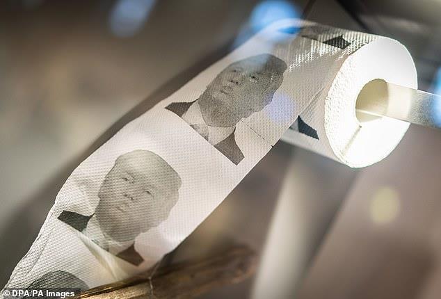 Giấy vệ sinh hình Tổng thống Trump đắt hàng ở Trung Quốc-3