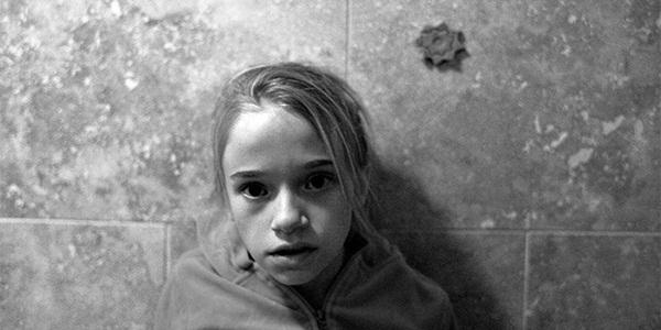 Bi kịch tuổi thơ đầy u tối của cô gái sau khung cửa sổ và những hậu quả đau đớn khiến em phải gánh lấy cả cuộc đời sau này-1