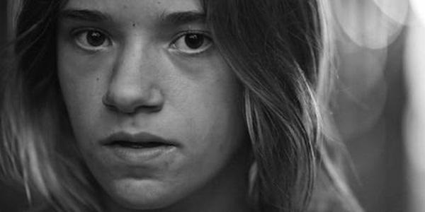 Bi kịch tuổi thơ đầy u tối của cô gái sau khung cửa sổ và những hậu quả đau đớn khiến em phải gánh lấy cả cuộc đời sau này-5
