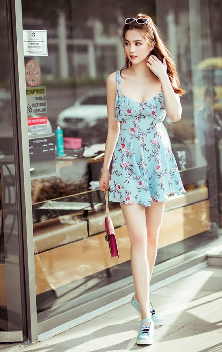 Chỉ với chiếc váy hoa 2 dây giản dị, Ngọc Trinh vẫn xinh đẹp bất chấp-1