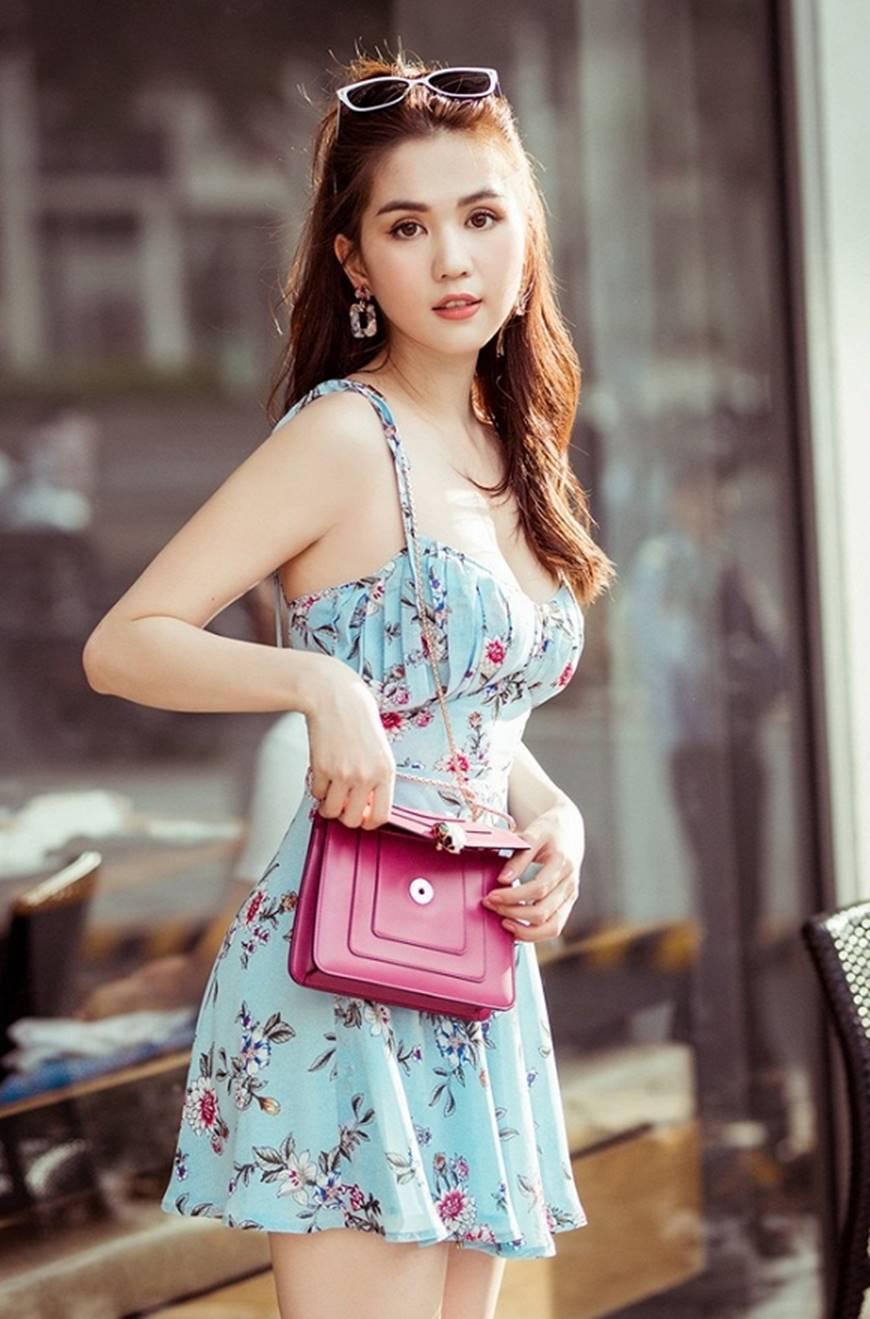 Chỉ với chiếc váy hoa 2 dây giản dị, Ngọc Trinh vẫn xinh đẹp bất chấp-2