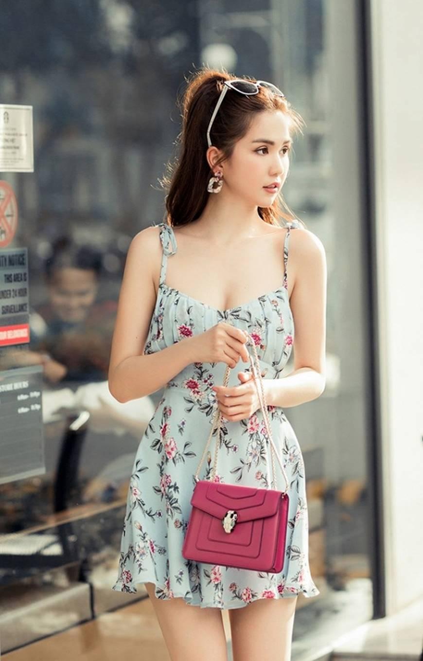 Chỉ với chiếc váy hoa 2 dây giản dị, Ngọc Trinh vẫn xinh đẹp bất chấp-3