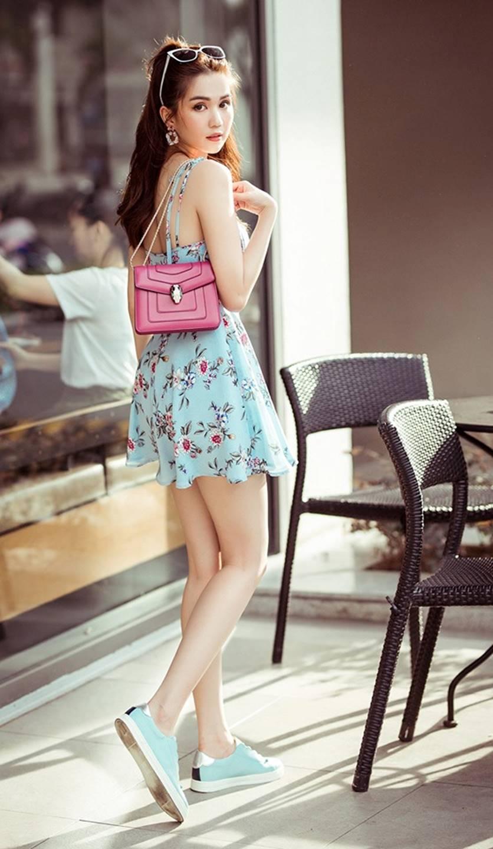 Chỉ với chiếc váy hoa 2 dây giản dị, Ngọc Trinh vẫn xinh đẹp bất chấp-4