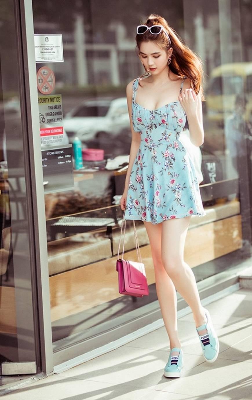 Chỉ với chiếc váy hoa 2 dây giản dị, Ngọc Trinh vẫn xinh đẹp bất chấp-5