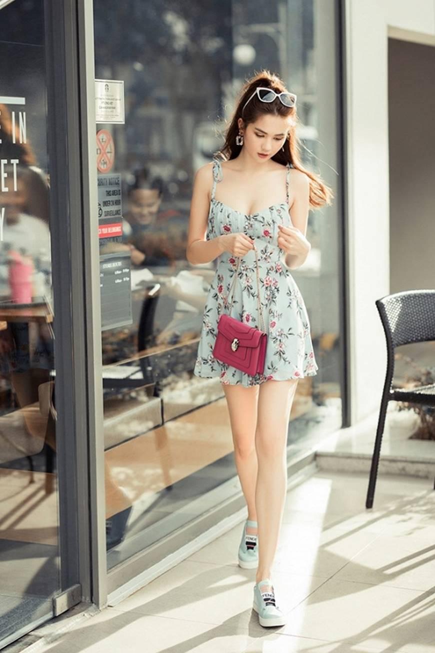 Chỉ với chiếc váy hoa 2 dây giản dị, Ngọc Trinh vẫn xinh đẹp bất chấp-6