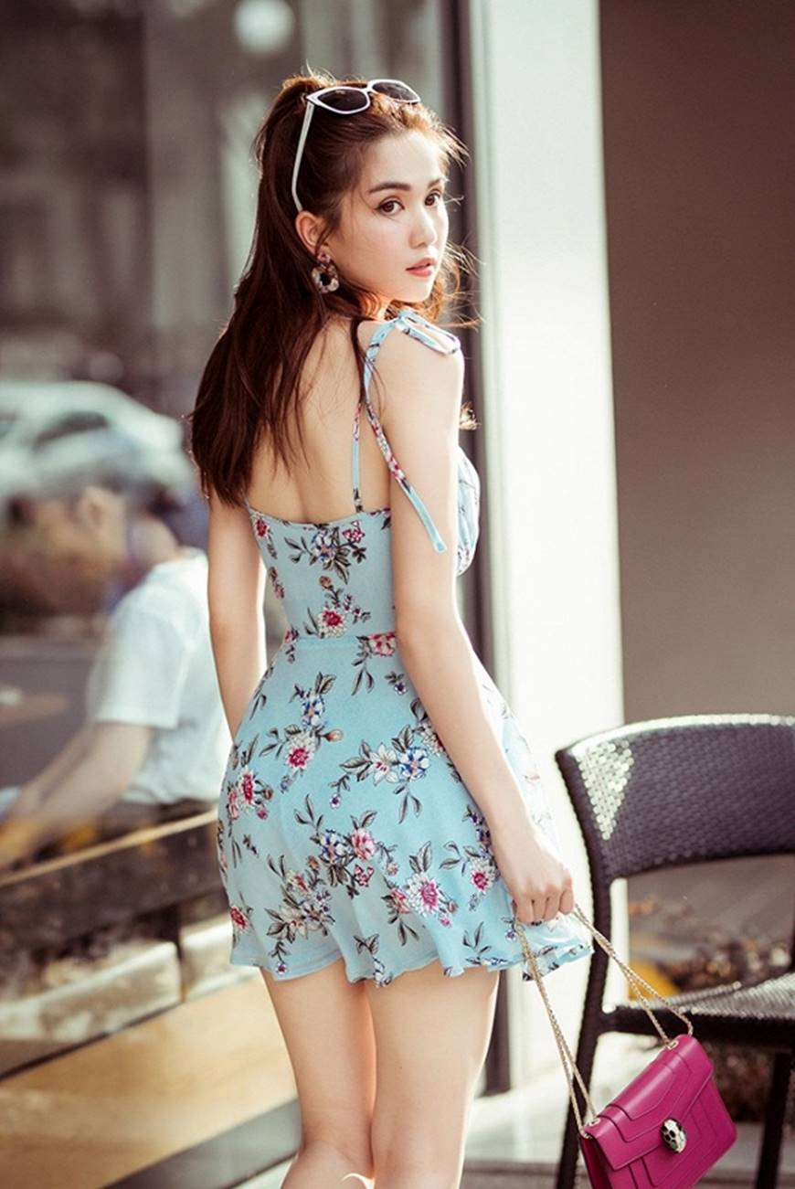Chỉ với chiếc váy hoa 2 dây giản dị, Ngọc Trinh vẫn xinh đẹp bất chấp-7