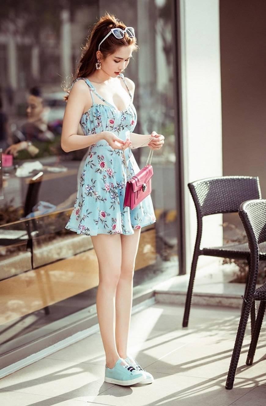 Chỉ với chiếc váy hoa 2 dây giản dị, Ngọc Trinh vẫn xinh đẹp bất chấp-8