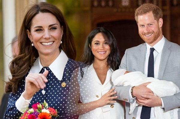 Công nương Kate bất ngờ bị chỉ trích khi gia đình nhà đẻ kiếm tiền từ con trai nhà Meghan theo cách khiến nhiều người khó chịu-2