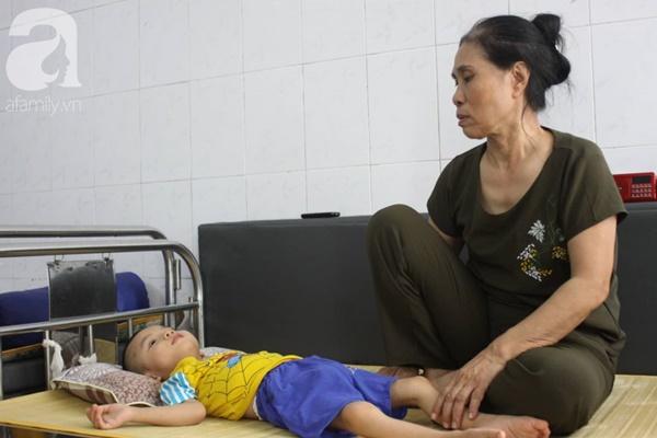 Biết con trai 5 tuổi bị bại não, mẹ nhẫn tâm bỏ đi để lại con cho bà nội già yếu mà không có tiền cứu chữa-6