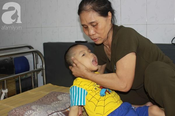 Biết con trai 5 tuổi bị bại não, mẹ nhẫn tâm bỏ đi để lại con cho bà nội già yếu mà không có tiền cứu chữa-8