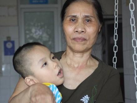 Biết con trai 5 tuổi bị bại não, mẹ nhẫn tâm bỏ đi để lại con cho bà nội già yếu mà không có tiền cứu chữa
