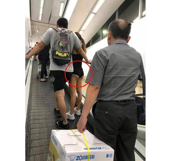 Cô gái mặc độc quần lót đi siêu thị, hở he hé vòng ba khiến người xung quanh đỏ mặt-1