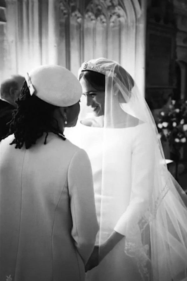 Kỷ niệm 1 năm ngày cưới, vợ chồng Meghan chia sẻ loạt ảnh hậu trường chưa từng công bố trong hôn lễ với những chi tiết gây bất ngờ, không thể tưởng tượng nổi-1
