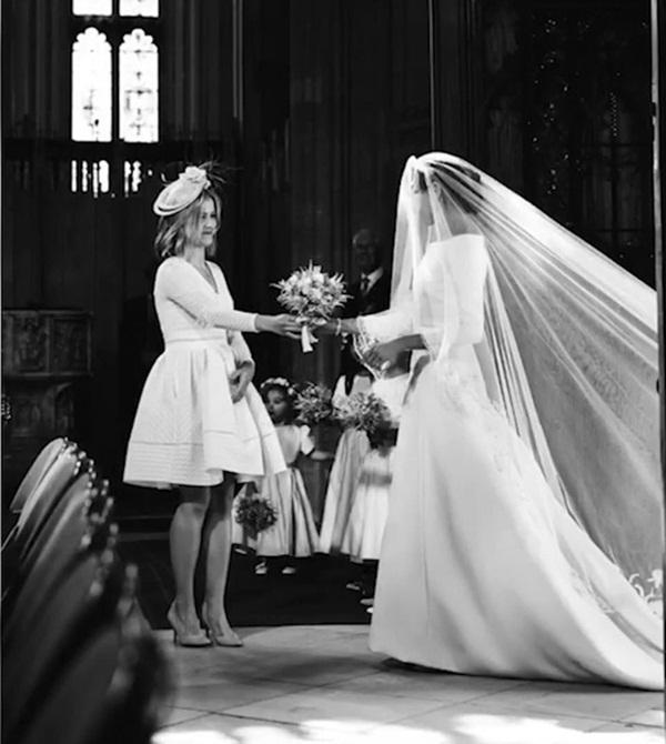 Kỷ niệm 1 năm ngày cưới, vợ chồng Meghan chia sẻ loạt ảnh hậu trường chưa từng công bố trong hôn lễ với những chi tiết gây bất ngờ, không thể tưởng tượng nổi-3