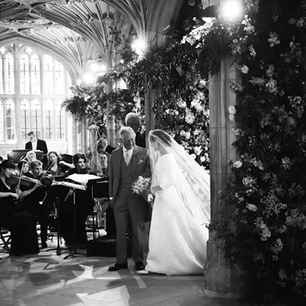 Kỷ niệm 1 năm ngày cưới, vợ chồng Meghan chia sẻ loạt ảnh hậu trường chưa từng công bố trong hôn lễ với những chi tiết gây bất ngờ, không thể tưởng tượng nổi-4