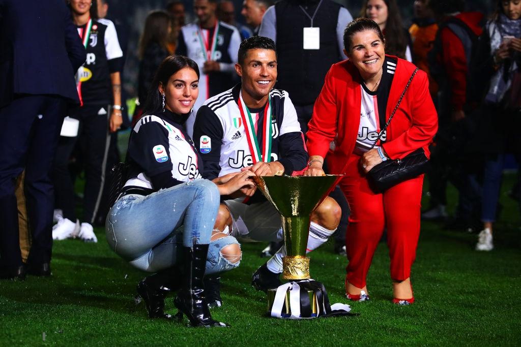 Ronaldo hạnh phúc bên mẹ và bạn gái trong ngày trọng đại của cuộc đời-5