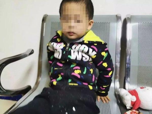 Bé trai 6 tuổi lơ ngơ một mình trong tiệm KFC, cảnh sát gặng hỏi không nói nhưng mảnh giấy trong túi em tiết lộ ý định nhẫn tâm của bà mẹ-1