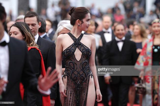 Từ Cannes, Ngọc Trinh tự hào tuyên bố sau nhiều đả kích về bộ cánh có như không: Tất cả các phóng viên đều kêu tôi nán lại để chụp ảnh-2