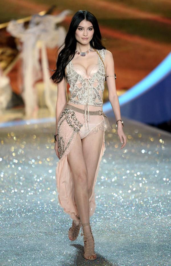 Thiên thần số 1 châu Á mặc như bán khỏa thân trên thảm đỏ Cannes là ai?-14