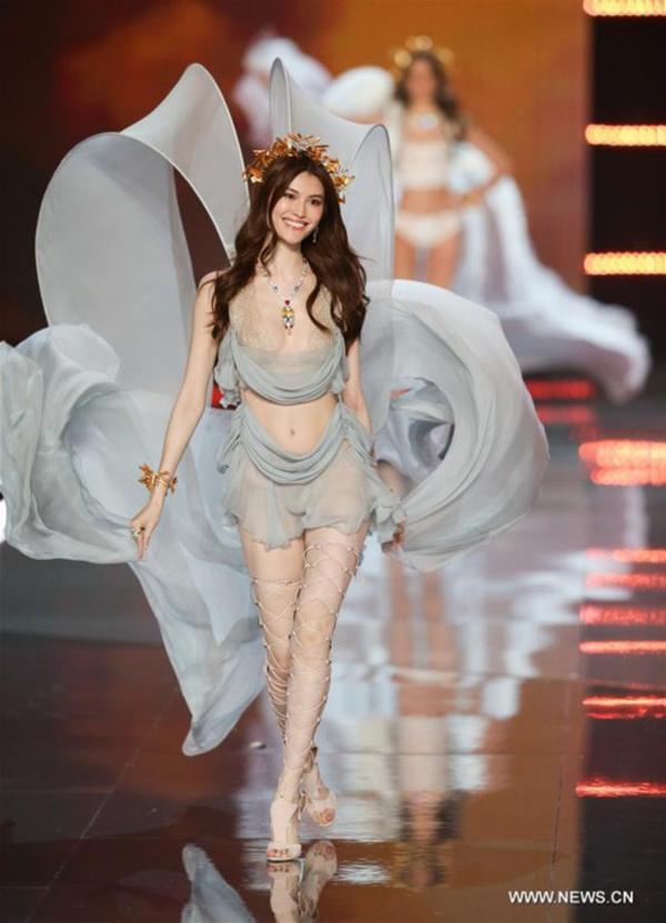 Thiên thần số 1 châu Á mặc như bán khỏa thân trên thảm đỏ Cannes là ai?-12