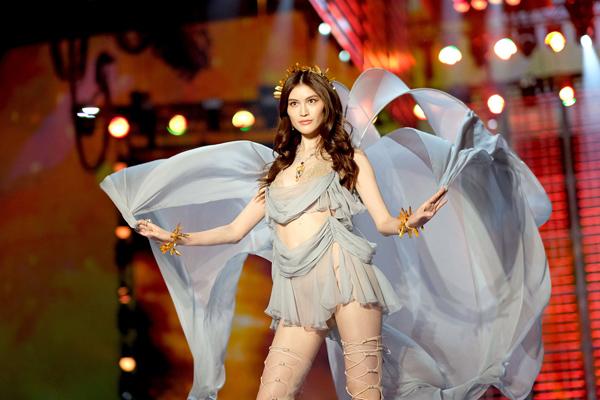 Thiên thần số 1 châu Á mặc như bán khỏa thân trên thảm đỏ Cannes là ai?-13