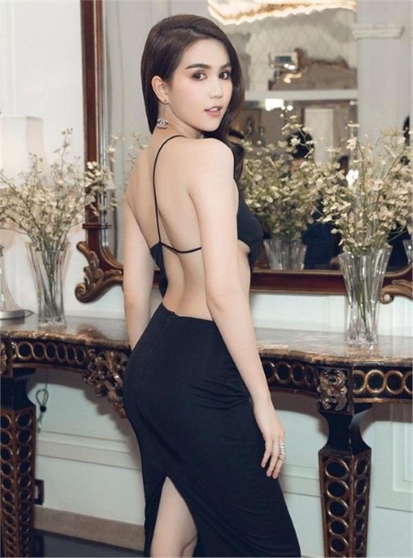 Không phải đến Cannes mới hở bạo đâu, Ngọc Trinh có cả một bộ sưu tập những chiếc váy còn nóng hơn thời tiết Hà Nội đây này!-10