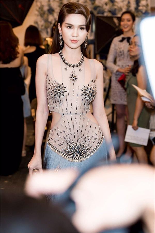 Không phải đến Cannes mới hở bạo đâu, Ngọc Trinh có cả một bộ sưu tập những chiếc váy còn nóng hơn thời tiết Hà Nội đây này!-11