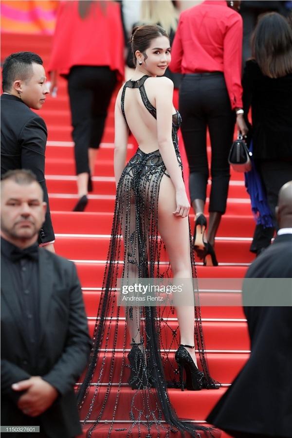 Không phải đến Cannes mới hở bạo đâu, Ngọc Trinh có cả một bộ sưu tập những chiếc váy còn nóng hơn thời tiết Hà Nội đây này!-2