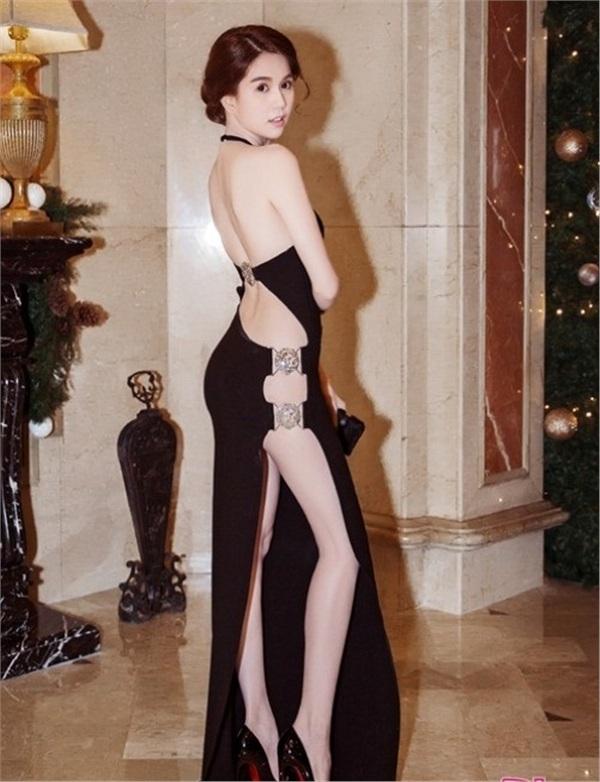 Không phải đến Cannes mới hở bạo đâu, Ngọc Trinh có cả một bộ sưu tập những chiếc váy còn nóng hơn thời tiết Hà Nội đây này!-4