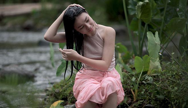 Cách mặc lớn trước tuổi của thiếu nữ diễn cảnh nóng trong phim Vợ ba-1